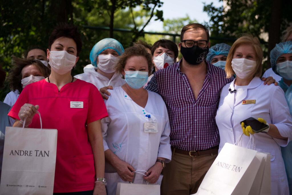 Український дизайнер Андре Тан подякував лікарям і подарував їм сукні