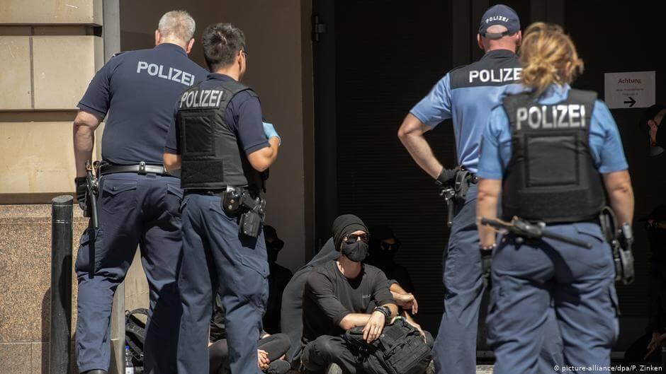 У Берліні під час протестів проти коронавірусних обмежень постраждали 45 поліцейських, арештовані понад 130 людей