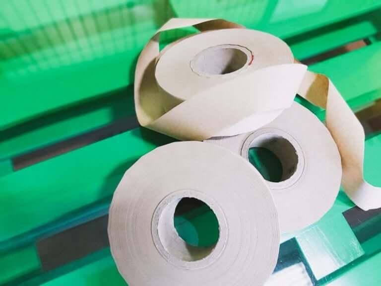 Паперова фабрика на Харківщині виготовила першу в Україні партію екоскотчу